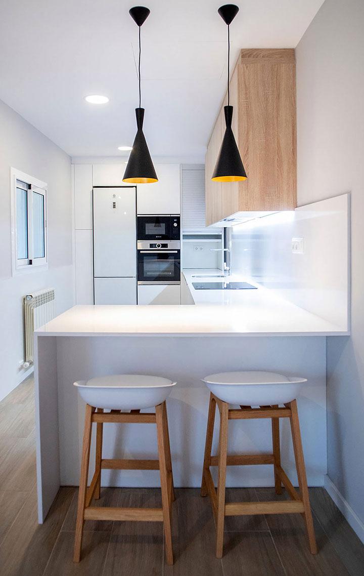 Cocinas de diseño pequeñas blanca y madera