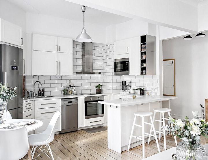 Cocina de diseño pequeña y abierta al salón