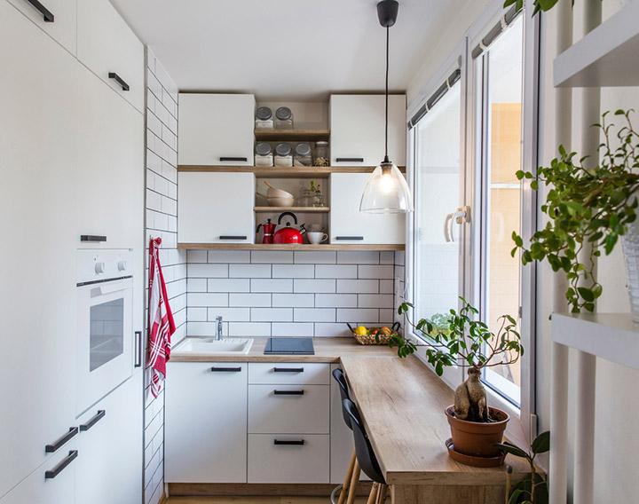 Cocina de diseño pequeña con barra de desayuno
