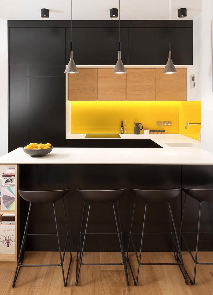 Cocina de diseño pequeña blanca, negra y amarilla