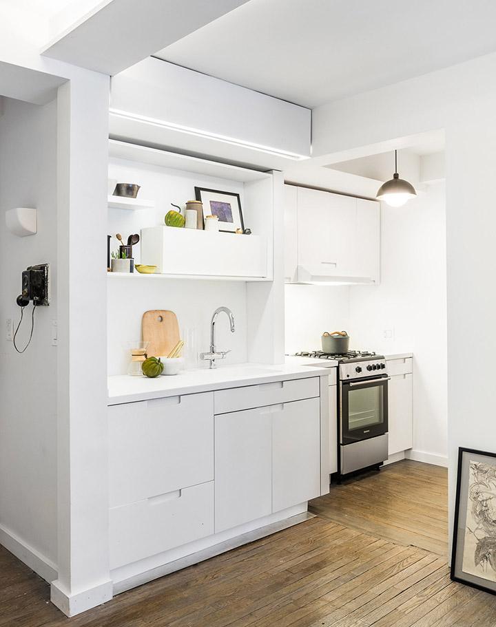 Una cocina de diseño pequeña y blanca