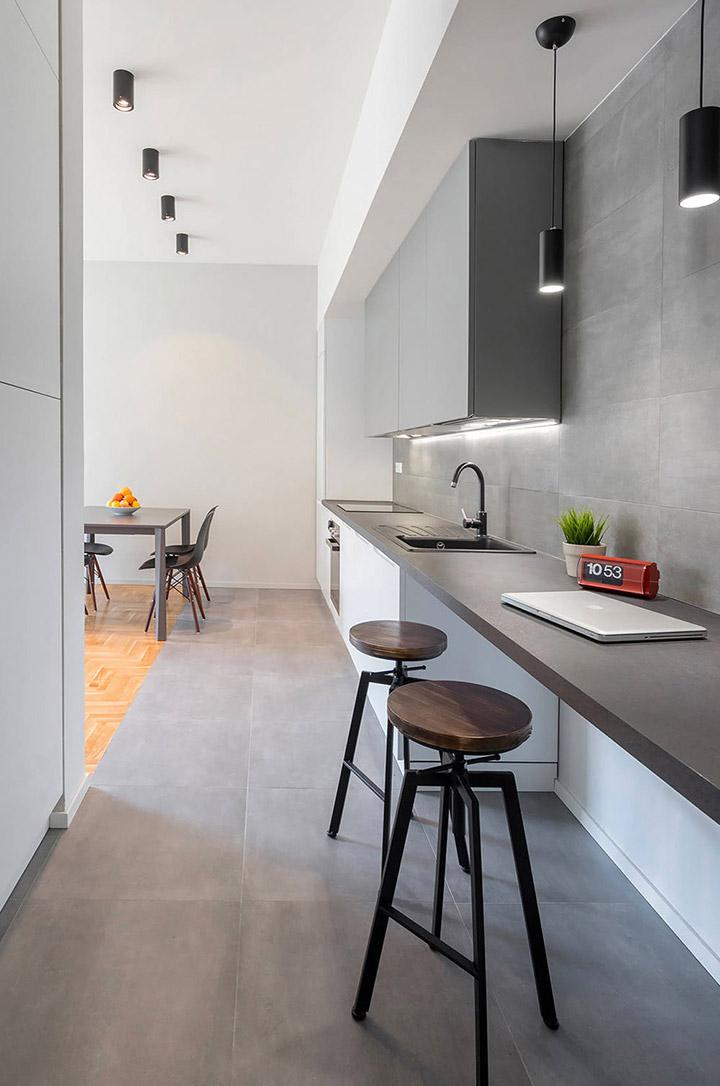 Cocina de diseño pequeña con encimera de cuarzo gris