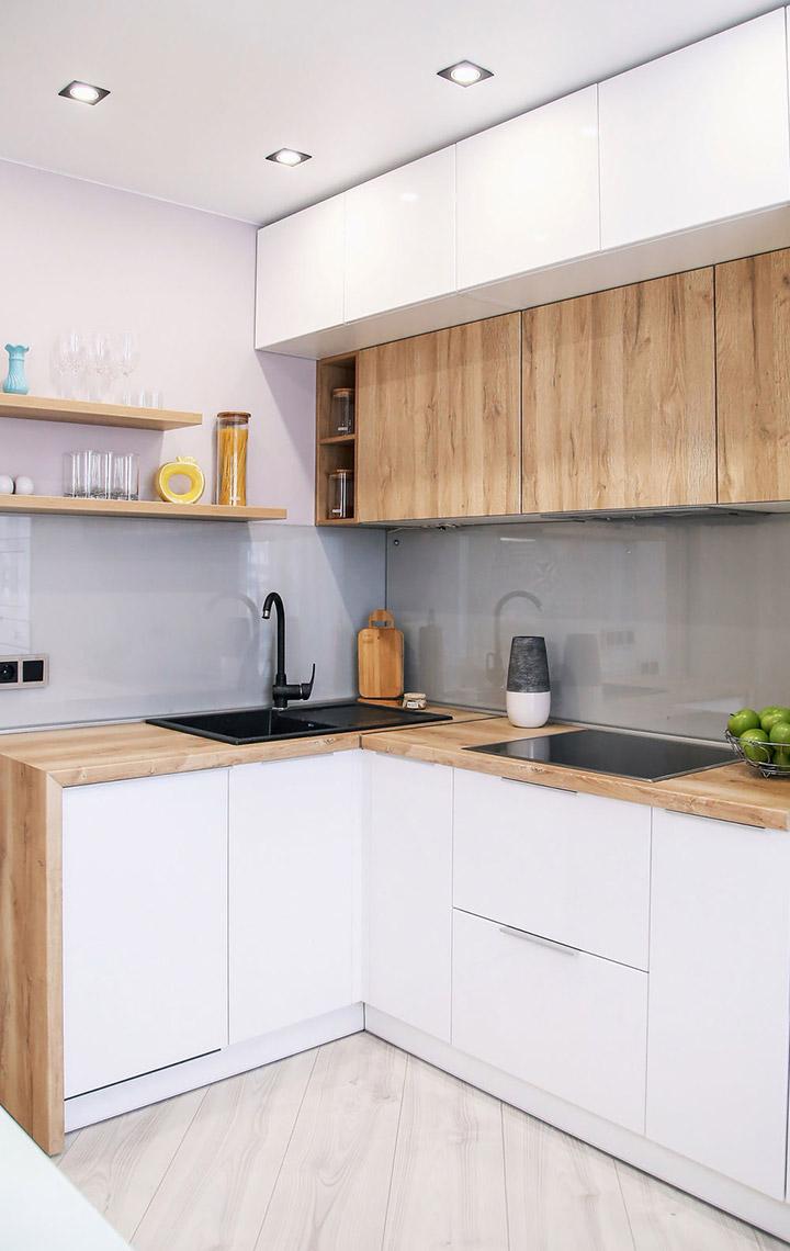 Cocina de diseño pequeña con encimera de madera
