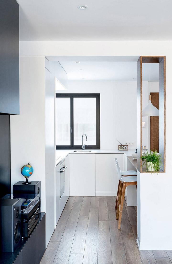 Una cocina de diseño pequeña integrada en el salón