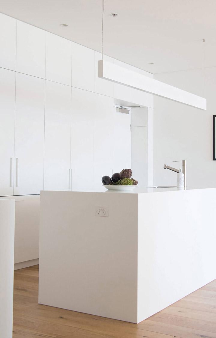 Cocina de diseño pequeña con una isla blanca