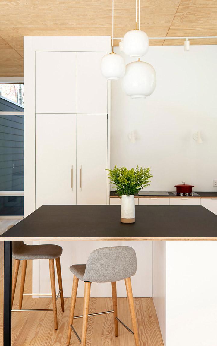 Cocina de diseño pequeña con mesa de desayuno