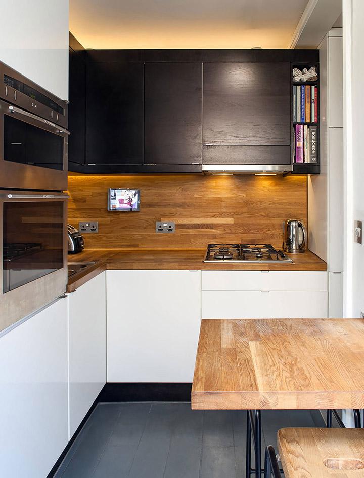 Cocina de diseño pequeña con mesa flotante