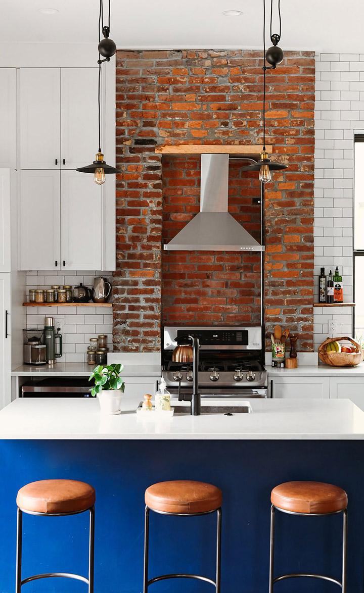 Cocina de diseño pequeña con pared de ladrillo